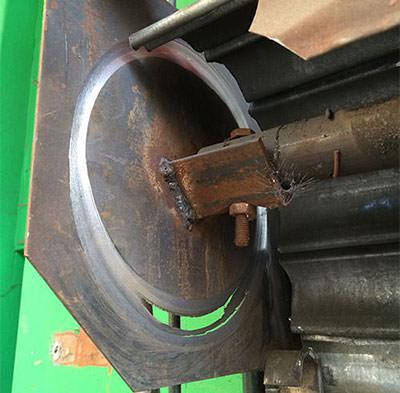 motor de cierre metálico en malas condiciones